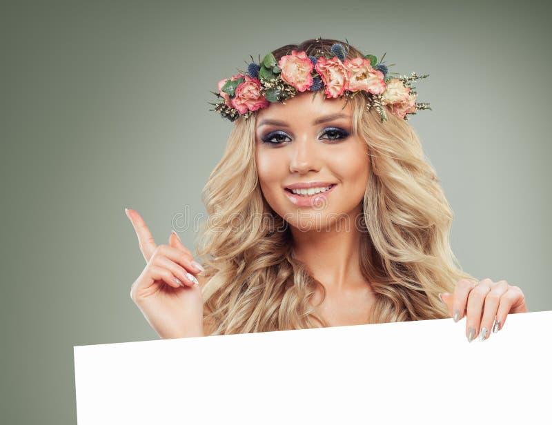 拿着牌的微笑的妇女 女性设计 免版税库存图片