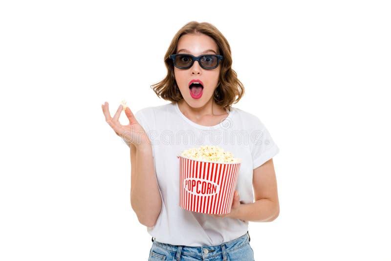 拿着玉米花的震惊白种人妇女戴3d眼镜 库存图片