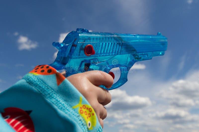 拿着玩具枪/水枪的儿童手 库存照片