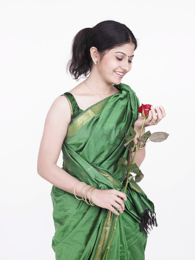 拿着玫瑰单身妇女 图库摄影
