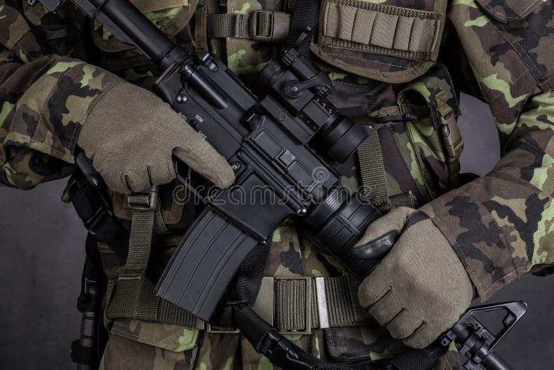拿着现代武器M4的战士的细节 免版税库存照片