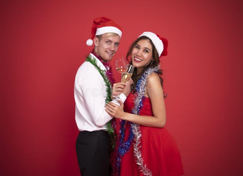 拿着玻璃香槟和微笑的画象年轻夫妇 免版税库存图片