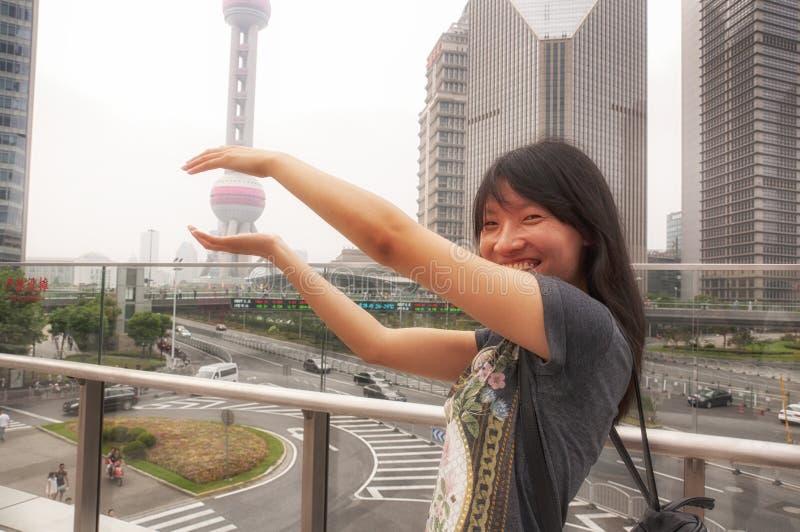 拿着珍珠塔的中国妇女 免版税库存照片