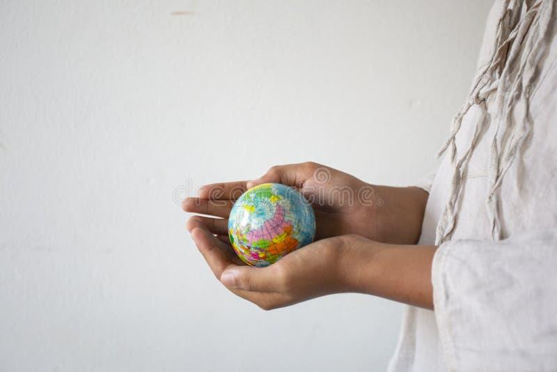 拿着球标志世界,概念的空的手:责任保存人的地球,抽象:生态发展  免版税库存图片