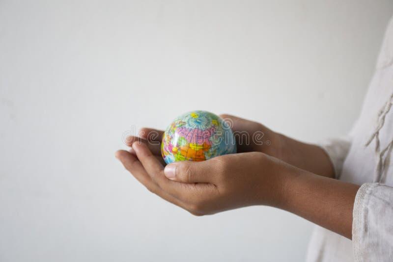 拿着球标志世界,概念的空的手:责任保存人的地球,抽象:生态发展  库存照片