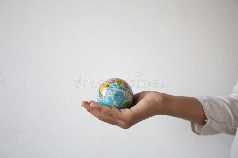 拿着球标志世界,概念的空的手:责任保存人的地球,抽象:生态发展  库存图片