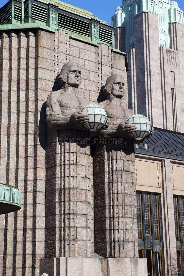 拿着球状灯在赫尔辛基中央火车站在行军17日的雕象2013年在赫尔辛基,芬兰 免版税图库摄影