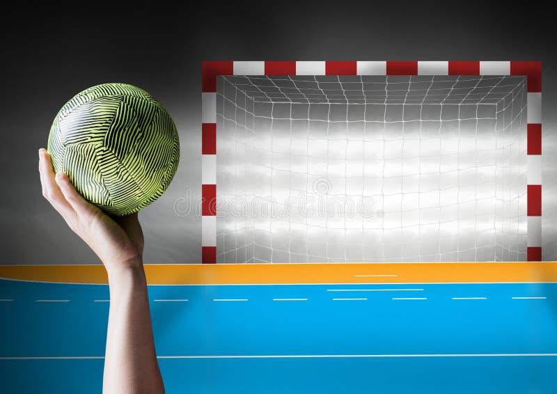 拿着球的手反对目标岗位 免版税图库摄影