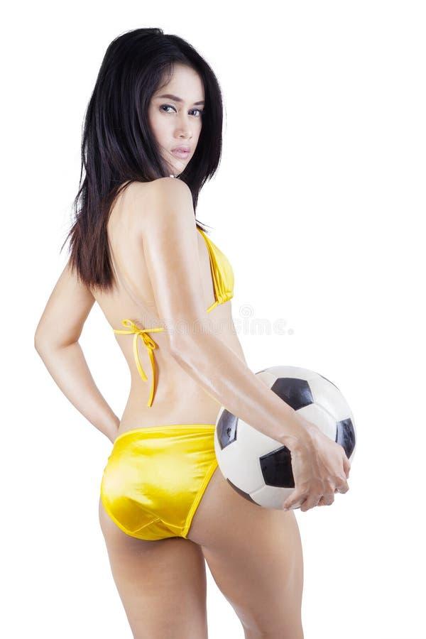 拿着球的比基尼泳装的美丽的妇女 库存图片