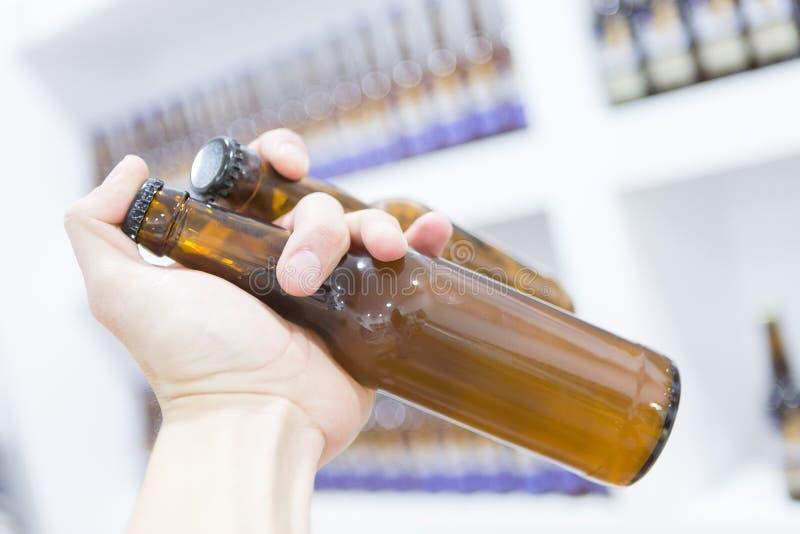拿着瓶啤酒的人 免版税库存照片