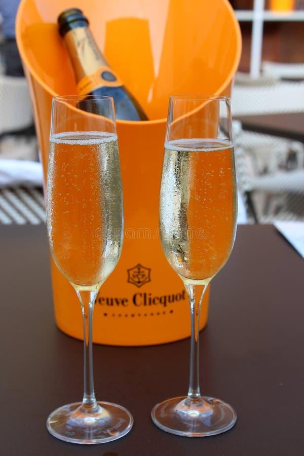拿着瓶弗夫克利科香槟蓝色母鸡啤酒和酒庭院,萨拉托加斯普林斯,纽约的明亮的橙色冰桶, 2018年 库存照片