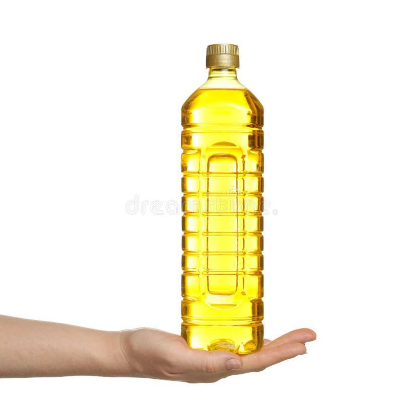 拿着瓶烹调用油的女性手 免版税库存照片