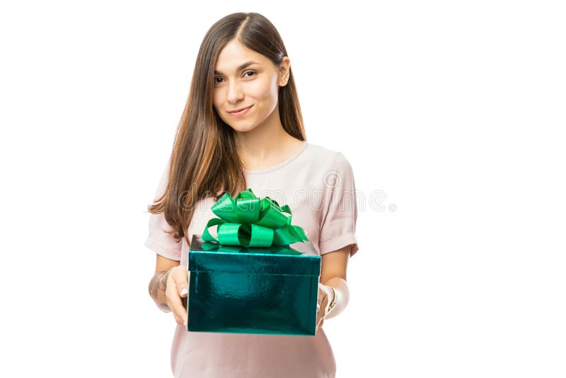 拿着生日礼物的少妇画象 免版税图库摄影