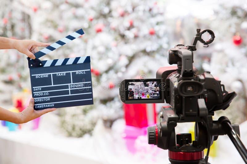 拿着电影拍板的人手 电影导演概念 照相机展示反光镜图象在采访或广播Christma的抓住行动 免版税库存图片