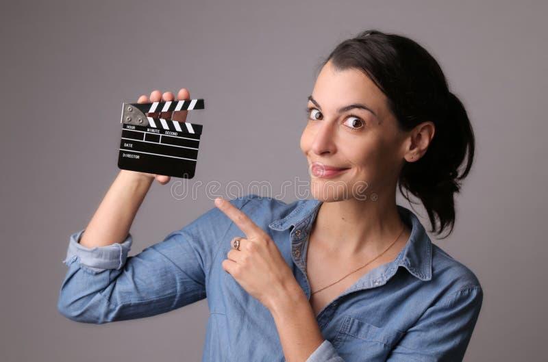 拿着电影拍板的妇女 库存照片