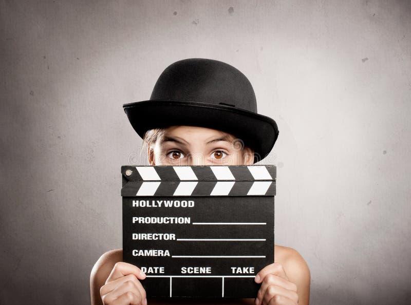 拿着电影拍板的小女孩 免版税库存照片