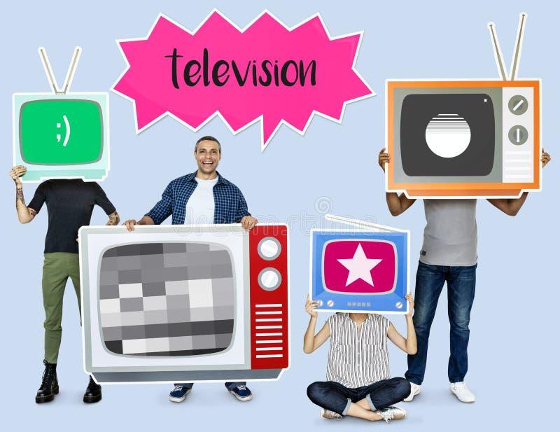 拿着电视象的愉快的人民 图库摄影