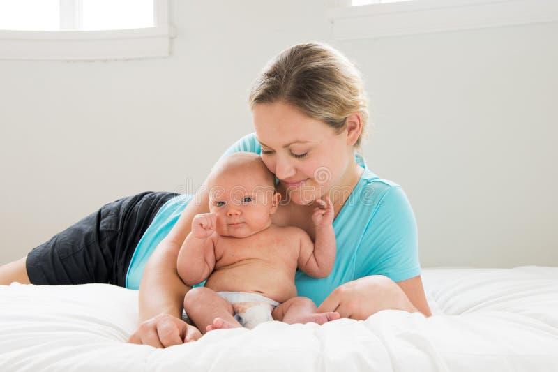 拿着男婴的母亲 免版税库存照片