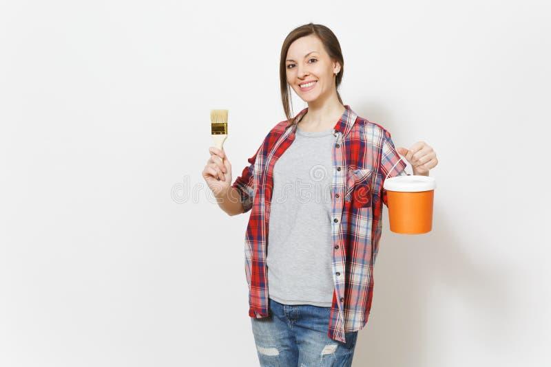 拿着画笔和油漆桶的便服的年轻微笑的美女隔绝在白色背景 库存照片