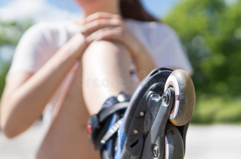拿着痛苦的膝盖的少妇在跌倒以后 免版税图库摄影
