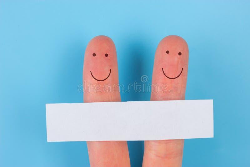 拿着白纸的愉快的手指艺术家庭小组 库存图片
