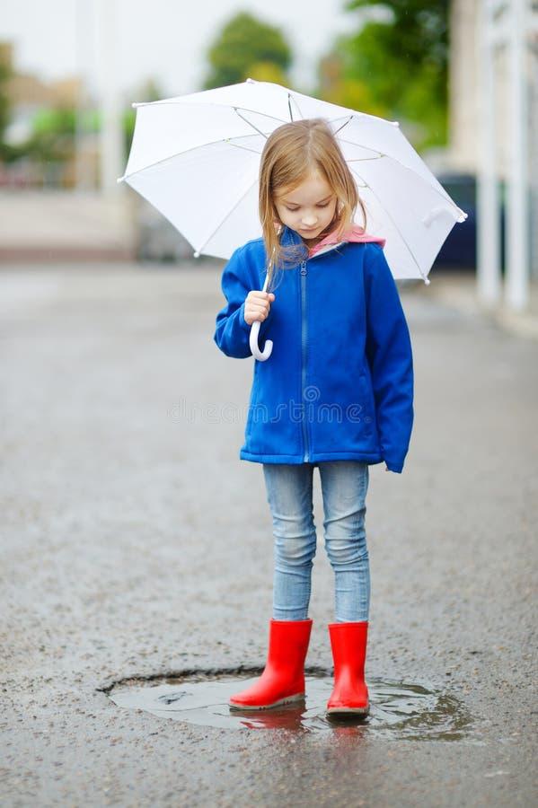 拿着白色伞的可爱的小女孩 免版税库存照片