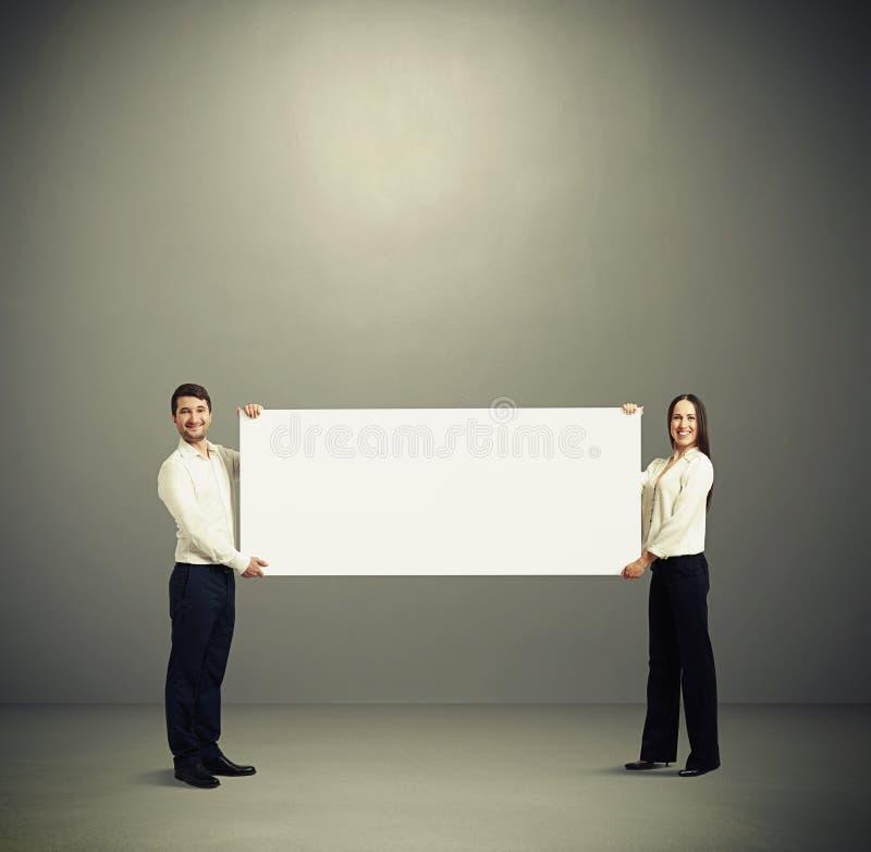 拿着白色横幅的妇女和人 免版税图库摄影