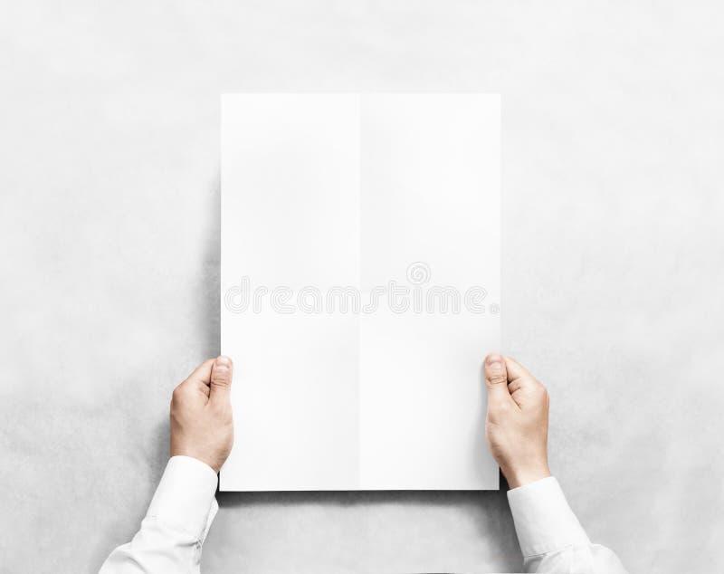 拿着白色空白的海报大模型的手, 库存图片