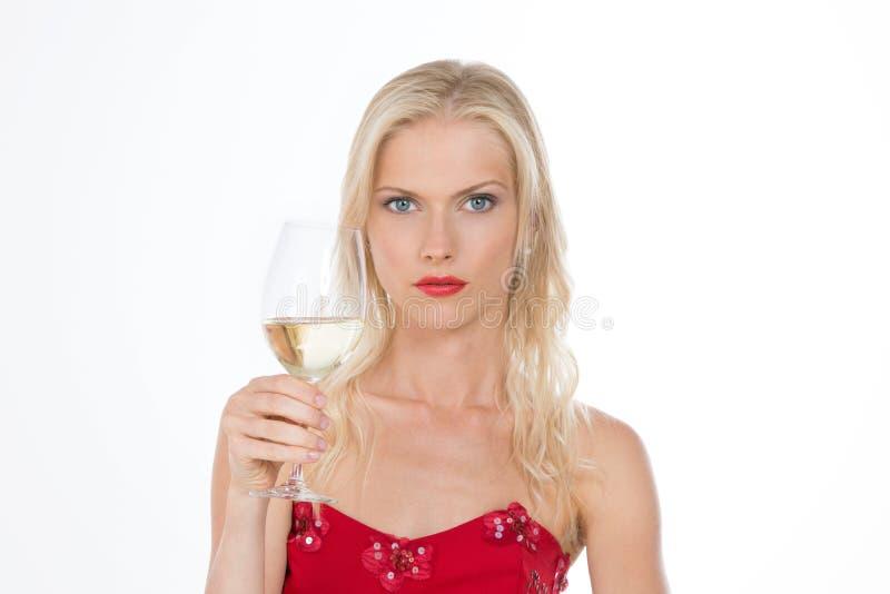 拿着白葡萄酒的肉欲的北欧女孩玻璃在白色backgrou 库存图片