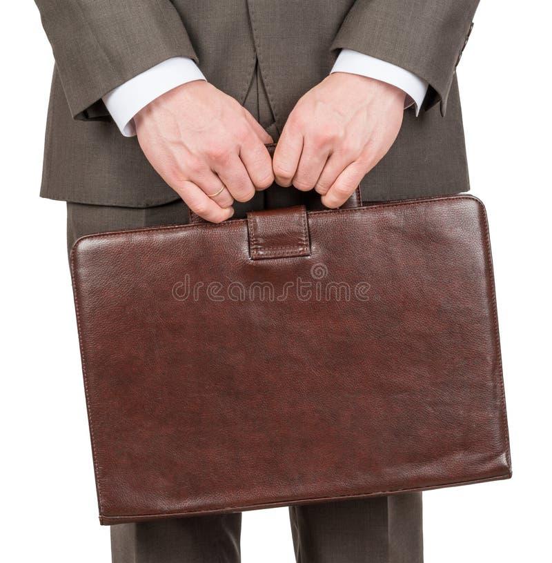 拿着皮革手提箱,正面图的商人 免版税库存图片