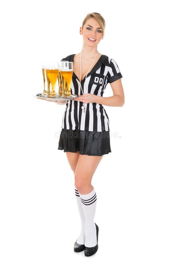 拿着盘子用啤酒的裁判员 免版税库存照片