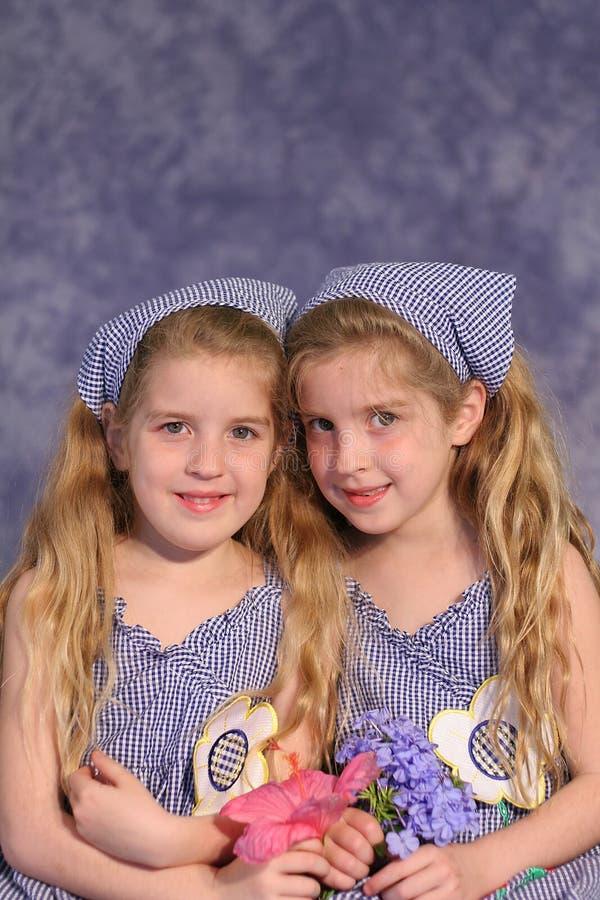 拿着相同的姐妹孪生 免版税库存图片