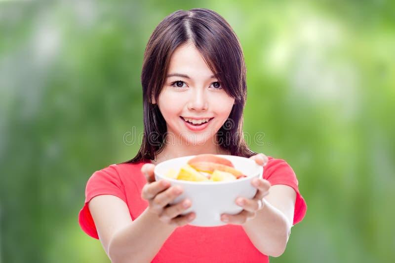 拿着碗果子的中国妇女 免版税库存图片
