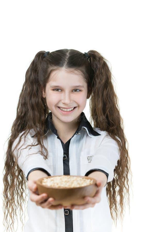 拿着碗用芝麻的小女孩 免版税图库摄影