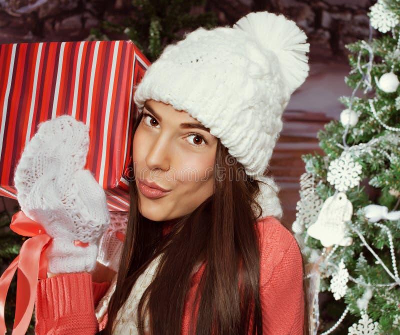 拿着礼品的美丽的女孩 圣诞节 免版税图库摄影