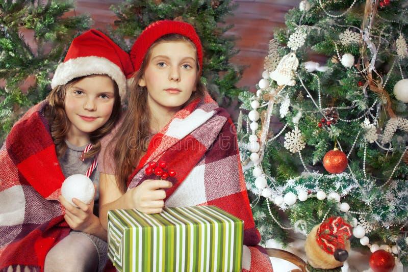 拿着礼品的美丽的女孩 圣诞节 免版税库存照片