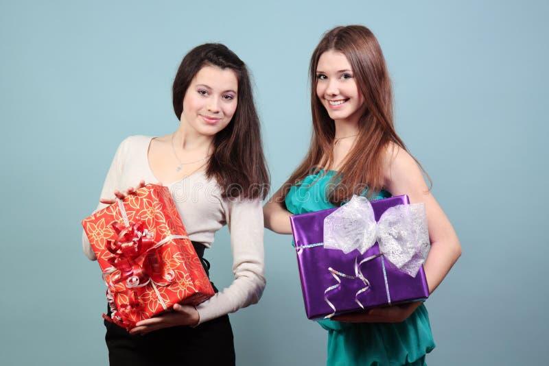拿着礼品的美丽的女孩 免版税图库摄影