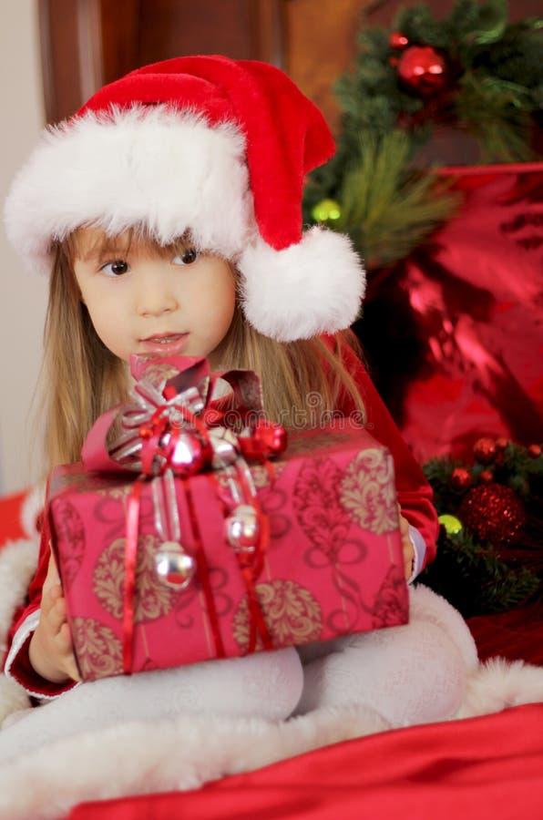 拿着礼物的圣诞节孩子 库存照片