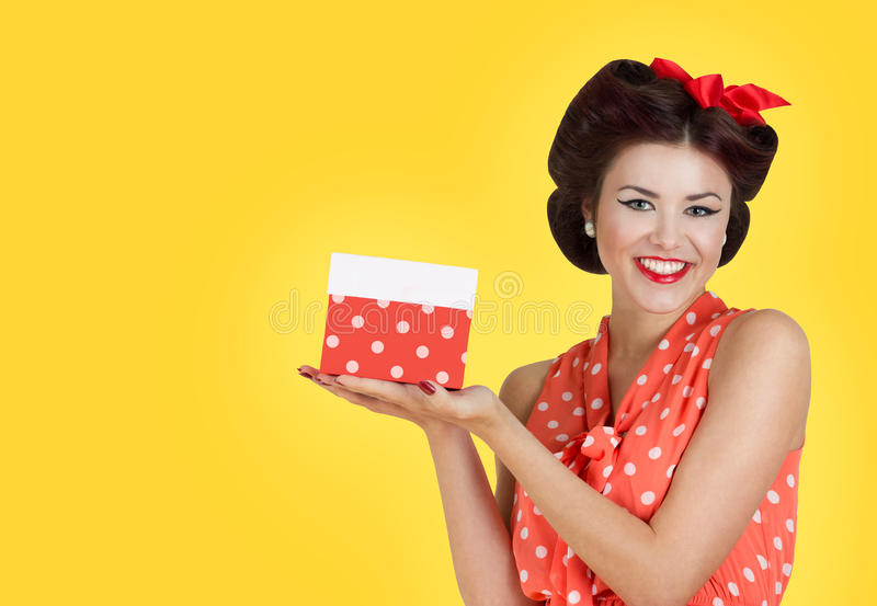 拿着礼物盒的Pin p女孩 免版税库存照片