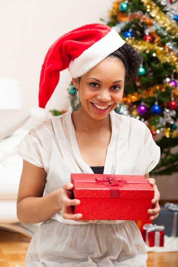 拿着礼物盒-黑人的年轻非裔美国人的妇女 免版税库存图片