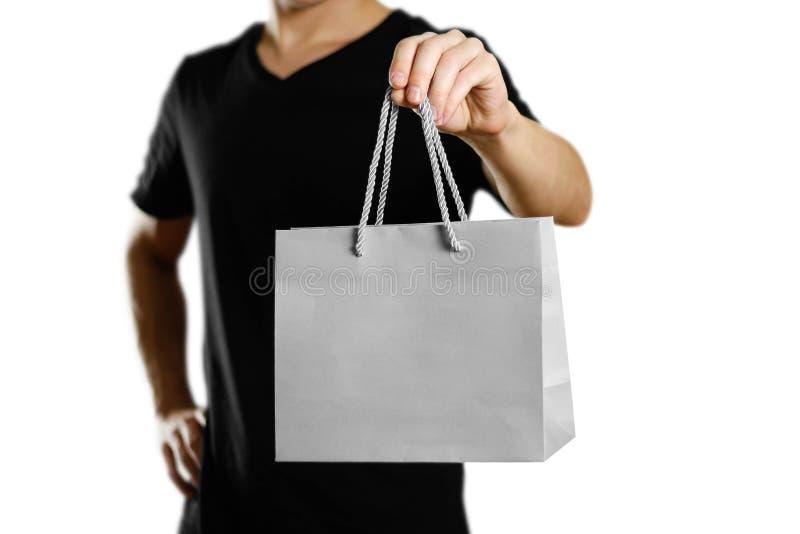 拿着礼物袋子的人 关闭 背景查出的白色 免版税库存图片