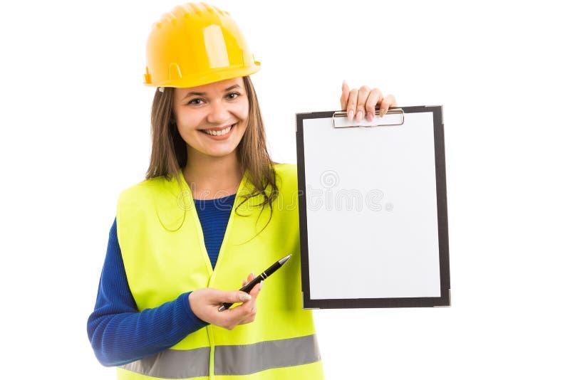 拿着空白的剪贴板的少妇建筑师 库存图片