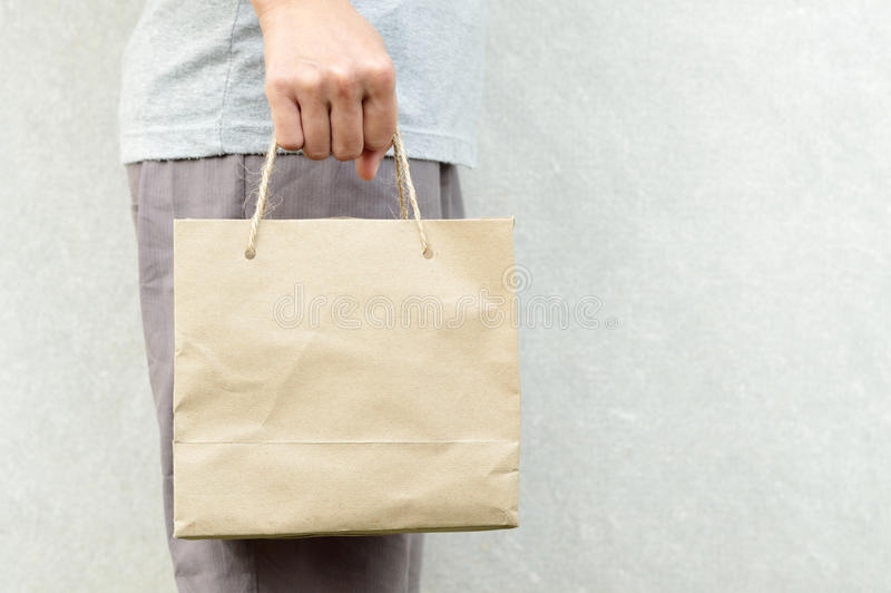 拿着空白的包装纸袋子包裹的妇女 库存照片