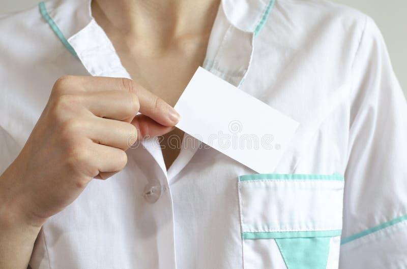 拿着空白的名片的医生的手 库存照片