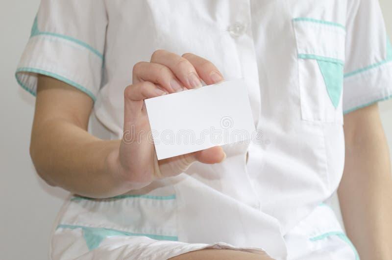 拿着空白的名片的医生的手 库存图片
