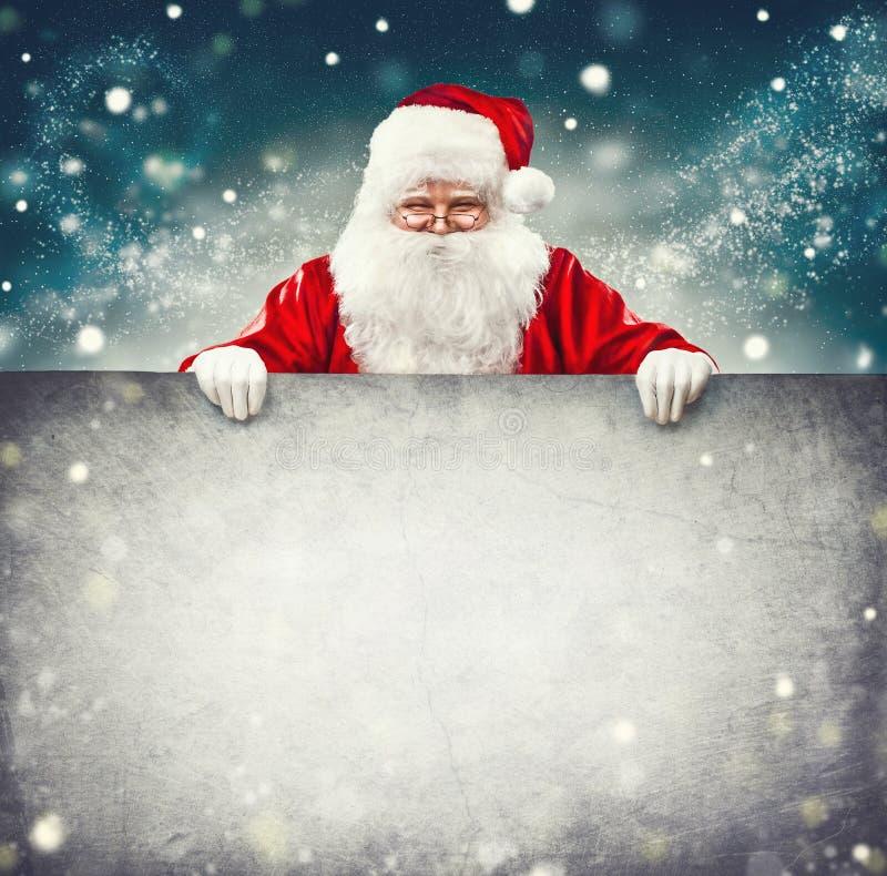 拿着空白的广告横幅的圣诞老人 免版税库存图片