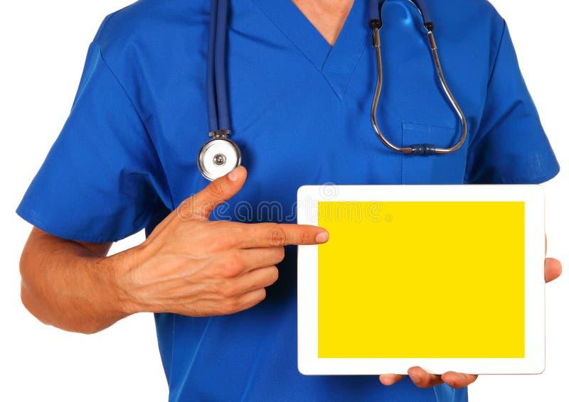 拿着空白的数字式片剂的男性医生被隔绝在白色backg 免版税图库摄影