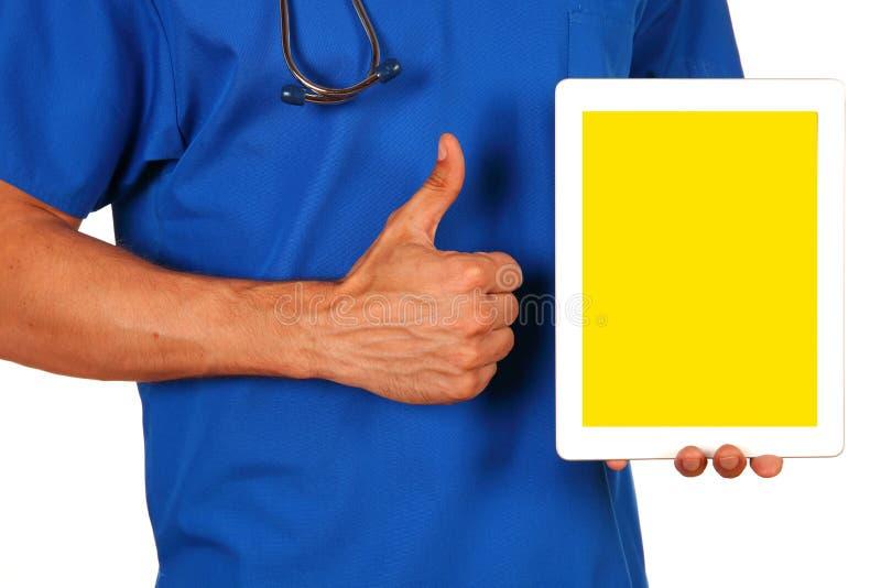 拿着空白的数字式片剂的男性医生被隔绝在白色backg 库存照片