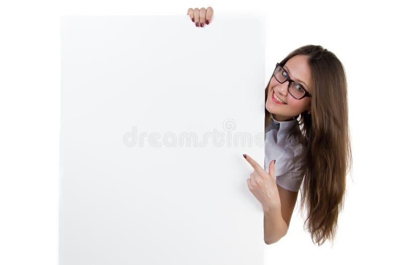 拿着空白的横幅的微笑的女实业家 免版税库存照片