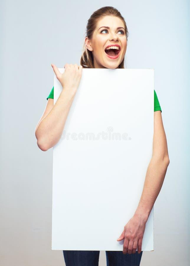拿着空白的海报被隔绝的画象的妇女。 免版税库存图片